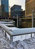 Zmierzch nad śnieżnym Chicagoland i Chicagowska rzeka w zimie zdjęcie stock
