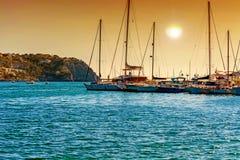 Zmierzch nad śródziemnomorską zatoką z marina obrazy royalty free