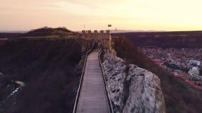Zmierzch nad średniowiecznym fortecznym Ovech blisko Provadia, Bułgaria zdjęcie wideo