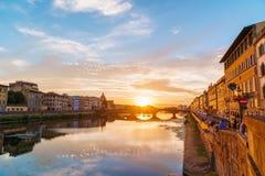 Zmierzch nad Arno rzeką w Florencja, Włochy Spektakularny niebo, średniowieczny most i budynki, Obrazy Royalty Free