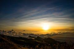 Zmierzch nad chmury góry wierzchołka vulcano Rinjani Lombok Indonezja Obrazy Royalty Free
