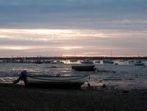 Zmierzch nad cumować intymnymi drewnianymi łodziami na linia brzegowa brzeg fotografia stock