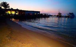 Zmierzch nad Czerwonym morzem przy Hurghada Słońce, drzewka palmowe, światło i łodzie, obraz stock
