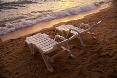 Zmierzch nad denną Pataya plażą Tajlandia z plażowym krzesłem Zdjęcie Stock