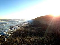 Zmierzch nad falezami przy Covehithe z ocean falami fotografia royalty free