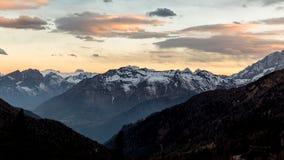Zmierzch nad górą Dolomity kształtują teren przy półmrokiem zmierzch Zdjęcia Stock