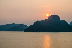 Zmierzch nad górami i morze w Halong Trzymać na dystans zdjęcia stock