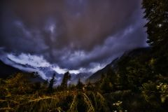 Zmierzch nad górami z chmurami w niebie Zdjęcia Royalty Free