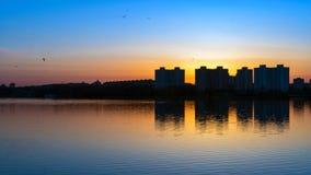 Zmierzch nad jeziorem w Minsk Chizhovka okręg Białoruś Zdjęcia Royalty Free