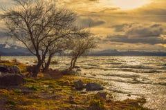 Zmierzch nad jeziorem widzieć od brzeg obraz royalty free
