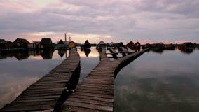 Zmierzch nad jeziornym Bokod z drewnianymi mola i unosić się domami, Węgry zdjęcie wideo
