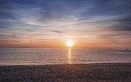 Zmierzch nad Kamienistą plażą w Północnym Walia obrazy royalty free