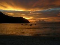Zmierzch nad Loh Dalam zatoką, Phi Phi wyspa Tajlandia Zdjęcia Stock