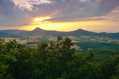 Zmierzch nad Milesovka wzgórzem gdy przeglądać od Lovos wzgórza w śliwek Czeskich środkowych górach Zdjęcia Royalty Free
