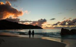 Zmierzch nad morzem plażą i, kochanek pary sylwetka zdjęcia royalty free