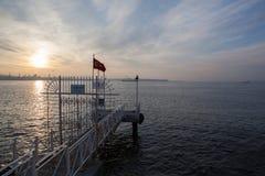 Zmierzch nad morzem, przebija i turecczyzny flaga, Istanbuł Obrazy Royalty Free
