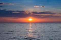 Zmierzch nad morzem, seacoast linia horyzontu Zdjęcie Royalty Free