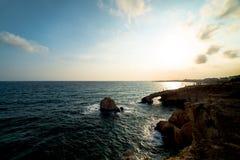 Zmierzch nad morzem Zawala się, przylądek Greko agia cibory napa Obrazy Stock