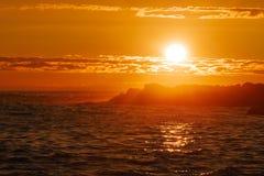 Zmierzch nad oceanem z odbiciami na wodzie i wyspami w sylwetce obrazy royalty free