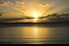 Zmierzch nad oceanem z Rockowymi wyspami na horyzoncie obraz royalty free