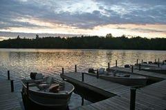 Zmierzch Nad łodziami na jeziorze (Horyzontalnym) Fotografia Stock