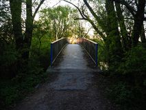 Zmierzch nad opustoszałym metalu mostem Obraz Royalty Free