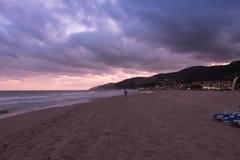 Zmierzch nad plażą w Castelldefels Zdjęcie Stock
