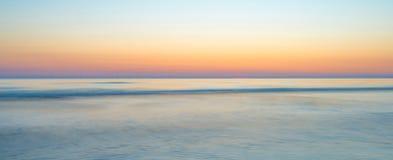 Zmierzch nad plażą wzdłuż morza Obraz Royalty Free