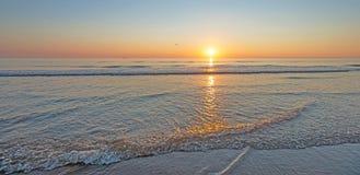 Zmierzch nad plażą wzdłuż morza Obraz Stock