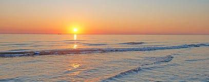 Zmierzch nad plażą wzdłuż morza Obrazy Royalty Free