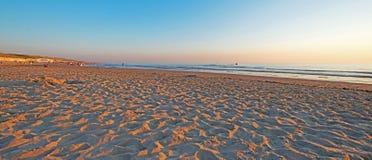 Zmierzch nad plażą wzdłuż morza Zdjęcia Royalty Free