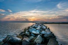 Zmierzch nad rockowym jetty na Chesapeake zatoce Obraz Stock