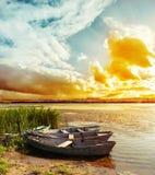 Zmierzch nad rzeką z łodziami zdjęcia royalty free