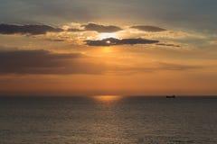 Zmierzch nad seacoast linią horyzontu Fotografia Stock