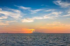 Zmierzch nad seacoast linią horyzontu Zdjęcia Stock