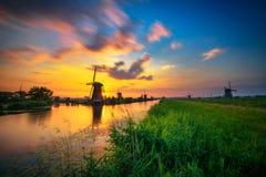 Zmierzch nad starzy holenderscy wiatraczki w Kinderdijk, holandie Obrazy Royalty Free