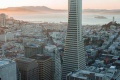 Zmierzch nad telegrafu wzgórzem, Alcatraz wyspą i San Fransisco zatoką od Pieniężnego okręgu, Zdjęcie Royalty Free
