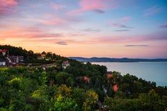 Zmierzch nad Tihany turystyczną wioską w Węgry lokalizował na Balaton jeziorze Zdjęcie Royalty Free