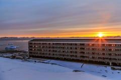 Zmierzch nad utrzymanie blokami w Arktycznym kapitałowym Nuuk c i fjord Fotografia Royalty Free