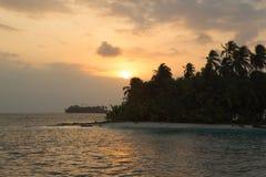 Zmierzch, ocean i kokosowi drzewa, zbliżamy paradisiac wyspę Obraz Stock
