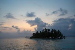 Zmierzch, ocean i kokosowi drzewa, zbliżamy paradisiac wyspę Obrazy Stock