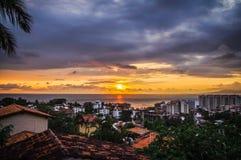 Zmierzch od starych grodzkich Puerto Vallarta dachów Zdjęcie Stock