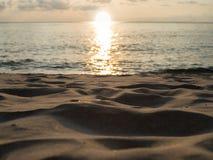 Zmierzch, półmrok, evening przy plażą, frontowy piasek w ostrości, podróży beac obrazy stock