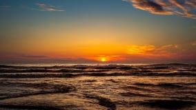 Zmierzch Piękny zmierzchu czerni morze Złocisty denny zmierzch Fotografia Royalty Free