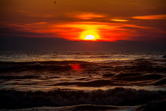 Zmierzch Piękny zmierzchu czerni morze Złocisty denny zmierzch Obraz Royalty Free