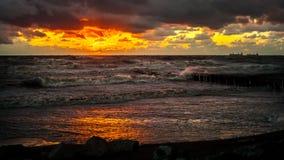 Zmierzch Piękny zmierzchu czerni morze Złocisty denny zmierzch Obrazka morze Obrazy Royalty Free