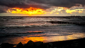 Zmierzch Piękny zmierzchu czerni morze Złocisty denny zmierzch Obrazka morze Obraz Stock