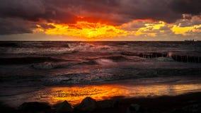 Zmierzch Piękny zmierzchu czerni morze Złocisty denny zmierzch Obrazka morze Zdjęcia Royalty Free