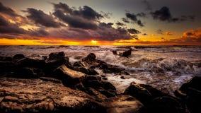 Zmierzch Piękny zmierzchu czerni morze Złocisty denny zmierzch Obrazka morze Fotografia Royalty Free