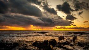 Zmierzch Piękny zmierzchu czerni morze Złocisty denny zmierzch Obrazka morze Zdjęcie Royalty Free